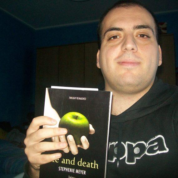 Luigi Dinardo e la sua copia di Life and Death vinta con il nostro contest