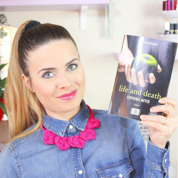 Ilaria Rodella, volto di uno dei canali YouTube più seguiti in Italia in merito alle recensioni di libri romance, con Life and Death